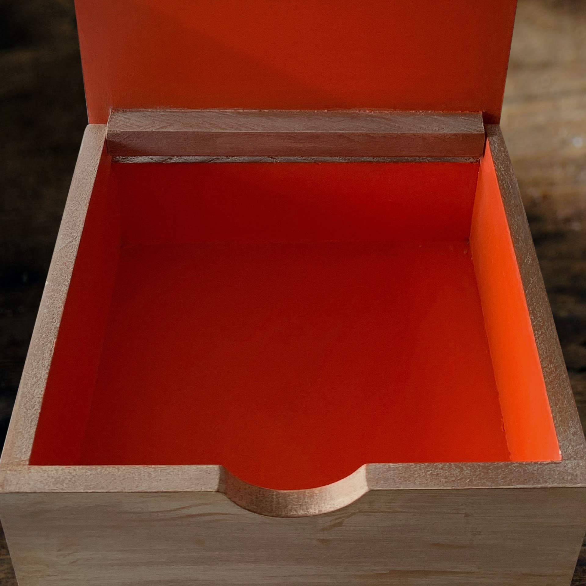 Caja de madera de color amarillo para guardar sobres de Té con la tapa abierta, en el interiori esta vacia y es de color naranja.